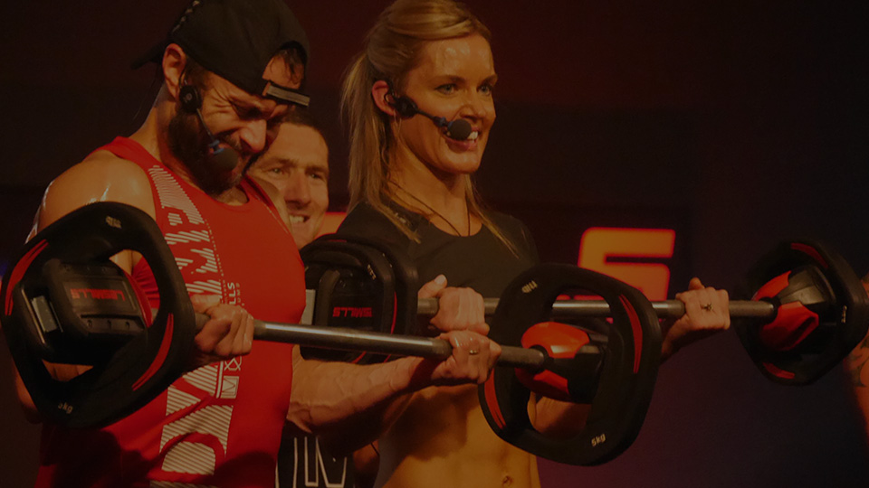 Emma Vandenbergh doing a bicep curl in BODYPUMP™
